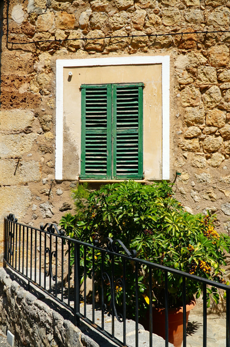 Mallorca-Deia-green-shutters-