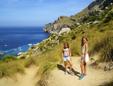 Girls-hiking-Cala-Figuera-Mallorca-