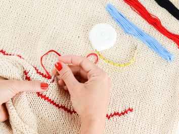hands-enamel-red-color-37731.jpeg