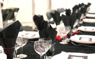 Borddækning i sort, hvid og rød