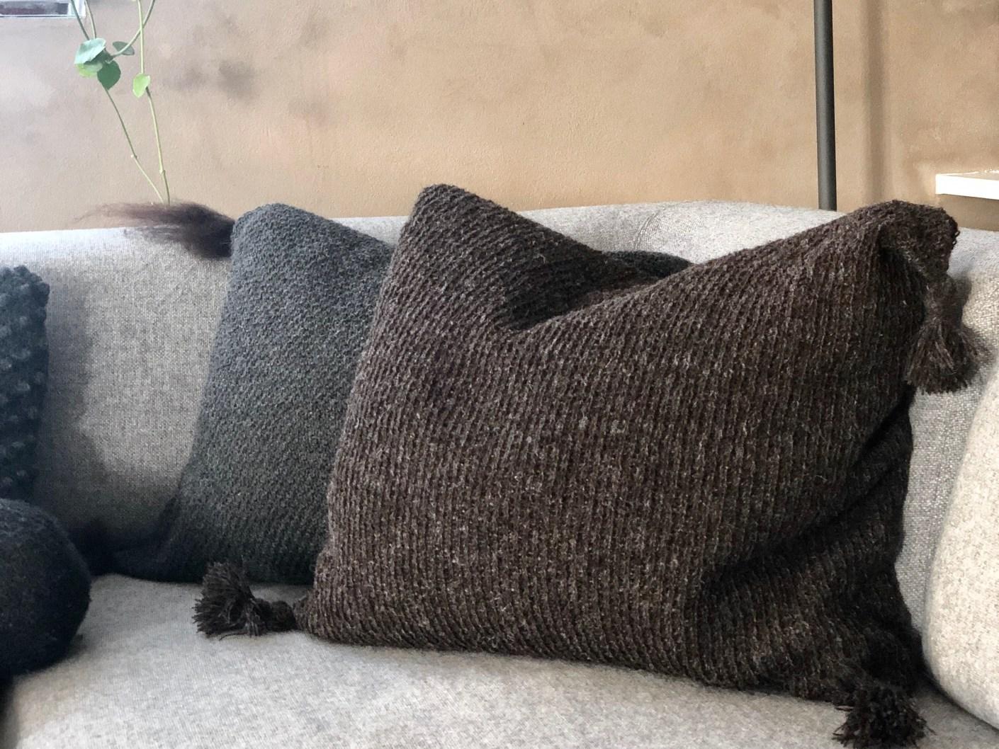 strikket pude med kvaster