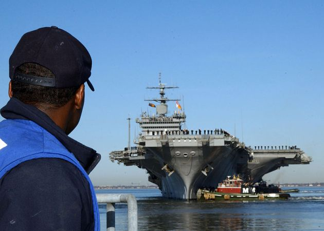 US_Navy_USS_Enterprise_(CVN_65)_approaches_the_pier_at_her_homeport_of_Naval_Station_Norfolk,_Norfolk_Va