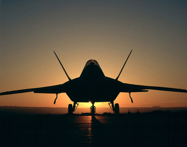 F-22_Raptor,_silhouetted_nighttime-ops