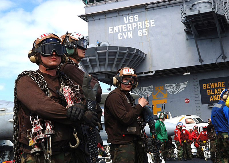 US_Navy_Sailors_observe_flight_operations_on_the_flight_deck_of_the_nuclear-powered_aircraft_carrier_USS_Enterprise_(CVN_65)