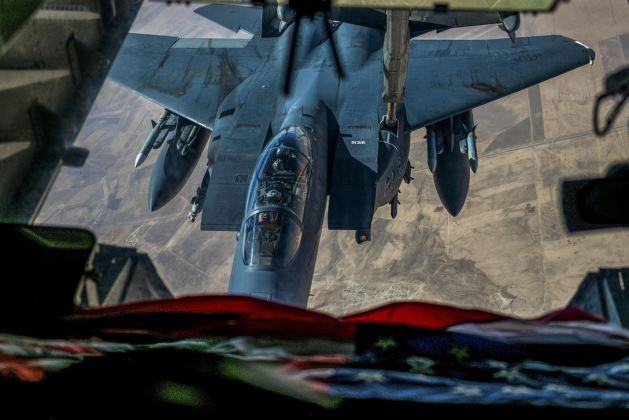 Picture of the Day: F-15E Strike Eagle Re-fueling from a KC-10