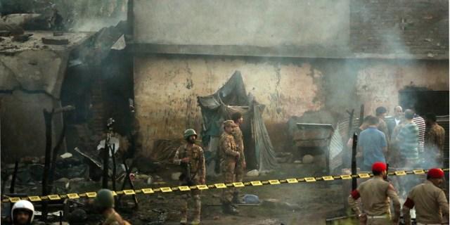 راولپنڈی (آن لائن) آرمی ایوی ایشن کے چھوٹے طیارے کے حادثے میں جاں بحق ہونے والے10افراد کی نماز جنازہ منگل کی رات راولپنڈی میں ادا کر دی گئی ڈھوک اعوان میں ادا کی جانے والی نماز جنازہ میں وزیر اعظم آزاد کشمیر سردار فاروق حیدر ،کمانڈر ٹرپل ون بریگیڈ، ڈپٹی کمشنر چوہدری محمد علی رندھاوا،اور سی پی او راولپنڈی، فوجی و سول اور پولیس افسران کے علاوہ متوفیان کے عزیز و اقارب ، مختلف سیاسی ، سماجی و مذہبی شخصیات اور اہلیان علاقہ کی کثیر تعداد نے شرکت کی اس موقع پر جاں بحق ہونے والے افراد کے تابوتوں کو قومی پرچم میں لپیٹا گیا تھامتوفیان کی تدفین کے تمام اخراجات و انتظامات بحریہ ٹائون انتظامیہ نے اپنے ذمہ لئے تھے جبکہ بحریہ ٹائون کے چیف ایگزیکٹو ملک ریاض نے کی ہدائیت پر متوفیان کی رسم قل تک کے تمام انتظامات بھی بحریہ ٹائون انتظامیہ کے ذمے ہوں گے تاہم حکمران جماعت سے راولپنڈی سے تعلق رکھنے والے کوئی وفاقی و صوبائی وزیریا رکن اسمبلی نمازجنازہ میں شریک نہ ہو سکانہ ہی اپوزیشن جماعتوں کی کسی مقامی سرکردہ شخصیت نے نماز جنازہ میں شرکت کی نما زجنازہ کے موقع پر ہر آنکھ اشکبار تھی یاد رہے کہ پیر اور منگل کی درمیانی رات2بجے آرمی ایوی ایشن کا تربیتی طیارہ راولپنڈی کے قریب گر کر تباہ ہو گیاجس سے طیارے میں موجود2پائلٹ افسران اور عملے کی3افراد سمیت مجموعی طور پر18افراد جاں بحق اور12زخمی ہو گئے جاں بحق ہونے والے 13سویلین تھے۔