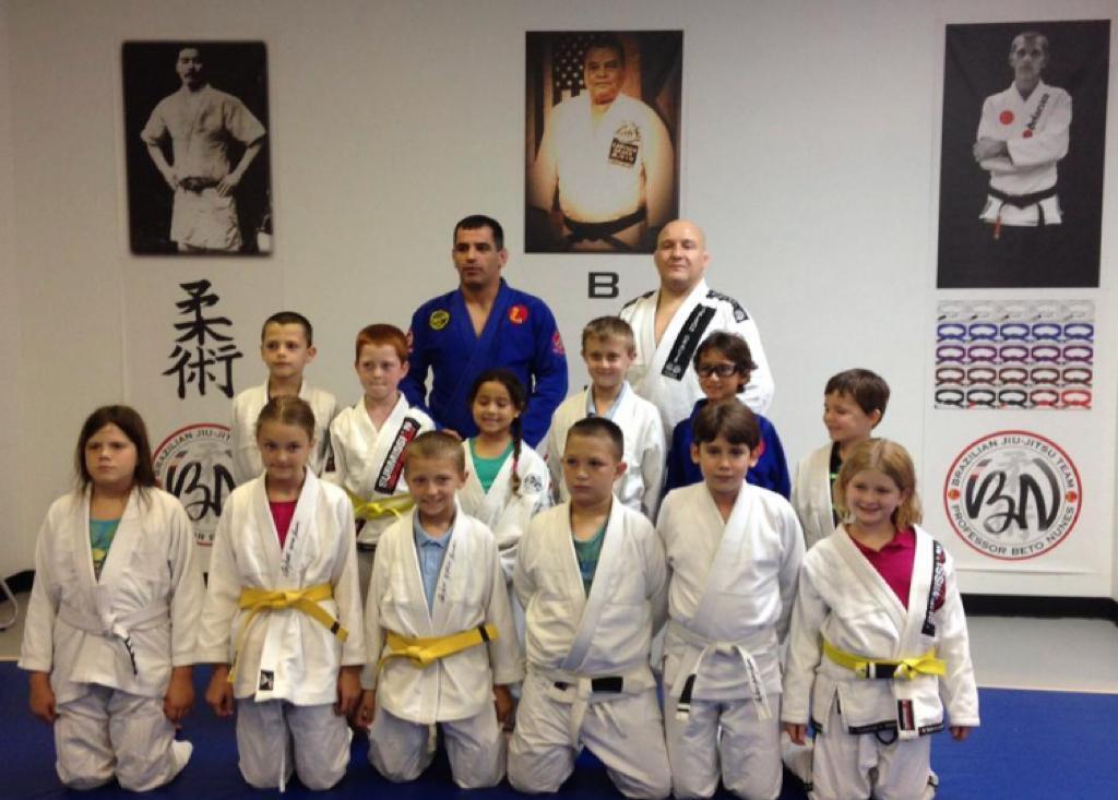 Instrutor de lutas Beto Nunes com crianças nos Estados Unidos