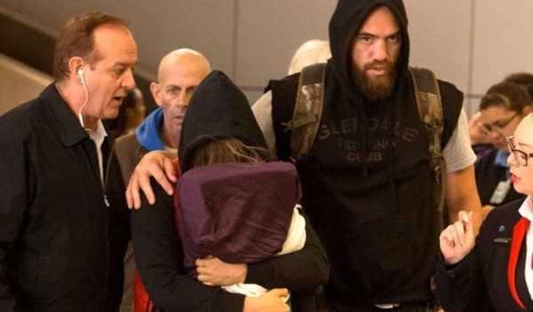 Ронда Роузи прячет лицо в аэропорту Лос-Анджелеса