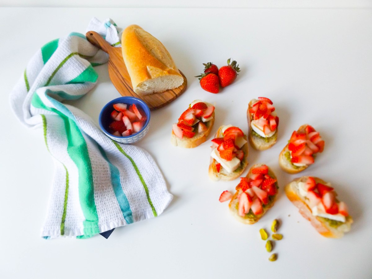 strawberry pistachio pesto crostini (1 of 1)-5