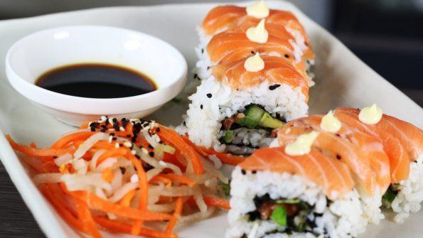 uramaki sushi rollen Uramaki sushi maken Uramaki roll maken Uramaki california roll maken sushirol rollen Sushirol maken sushirijst koken sushi snijden sushi rollen sushi maken japanse keuken japans eten Japans inside out sushi
