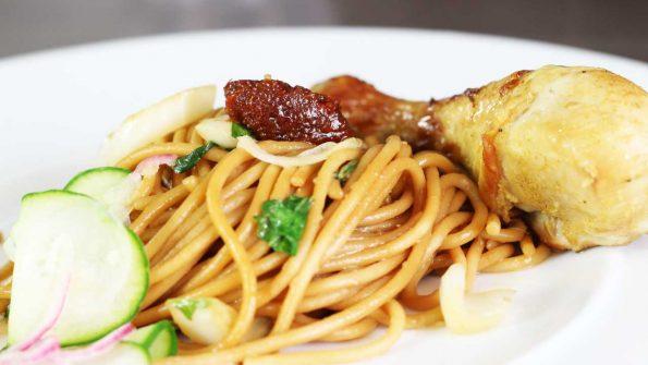 Surinaamse gerechten Surinaamse eten Surinaamse bami met spaghetti Surinaamse bami met kippenpoten Surinaamse bami maken Surinaamse bami bakken Surinaamse bami AH Surinaams recept