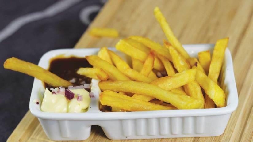 Verse met de handgesneden patat friet