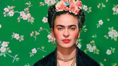 """Kimimizin ilgi alanı olan resim, kimimizin sosyal medyada kullandığı efekt... Bazen doğmamış çocuklarına yaptığı tablolarla, bazen büyük aşkı Diego ile uzun soluklu ilişkisiyle, bazen de hem Meksikalı hem de Avrupa'lı Frida olarak karşımıza çıkıyor bu isim; Meksikalı sanatçı Frida Kahlo. Ünlü ressam Picasso'nun hakkında""""Biz onun gibi insan yüzleri çizmeyi bilmiyoruz."""" dediği Meksikalı Ressam Magdalena Carmen Frida Kahlo Calderon, 1907 yılında kimi zaman resimlerinden de aşina olduğumuz renkli kareleri gözümüzün önüne getiren rengarenk kültüre sahip bir başkentte dünyaya geldi. 21. Yüzyılın popüler kültürünü eserlerinde barından Frida, inişli çıkışlı hayatından da resmettiği kareler ve politik görüşüyle önemli bir kitle yakalamıştır. 6 yaşında geçirdiği çocuk felci sonucunda bir bacağı engelli kaldığı için kendisine 'Tahta Bacak Frida' olarak sesleniliyordu, bol kıyafetler giyse de aksayarak yürüdüğü için alay konusu olmaktan kurtulamadı. Fakat doğumu Meksika Devrimi'ne denk geldiği için doğum tarihini 7 Temmuz 1910 olarak duyurmuş ve yaşamını modern Meksika'nın doğuşuyla başlatmak isteyen Frida, çocuk felci ile de yeni başlangıçlar umuduyla baş etmeyi bildi. Ünlü ressam, resim çizmeye lise yıllarında geçirdiği trafik kazası sonucunda başlamıştı. Doktorlara göre, sahip olduğu tüm yaraların ardından hayatta kalamayacaktı. Birkaç haftayı bilince kapalı şekilde geçiren Frida'nın uyandığında ilk istediği şey ise resim malzemeleri olmuştu. Yatağa bağımlı olduğu günlerde babasının aldığı fırça ve tuval, annesinin yatağının üzerine astığı ayna hayat vermişti Frida'ya. Eserlerinde kendi hayatının büyük bir parçasını görebildiğimiz Frida'nın yaşadığı acıları, aşkı, çaresizliği ve korkunç bir umutsuzlukla yer verdiği hayatından yaşanmışlığı ve gerçekliği hissettirebildiği tablolarını """"Kendimi çiziyorum çünkü yalnız bolca zaman geçiriyorum ve diğer her şeyden daha iyi bildiğim konu kendimim."""" diyerek yapıyordu fırça darbelerini. O zamanlar yapabildiği sadece yatağından tavana b"""