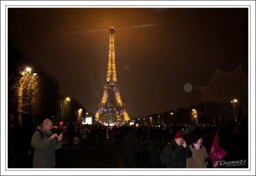 A la nuit bien tombée, et sous la pluie, le Champs de Mars se vident assez franchement : les cars commencent à repartir. Pourtant, devant l'école militaire, on continue d'arriver.