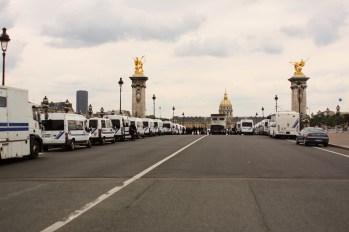 Le déploiement impressionnant sur le pont Alexandre-III. L'issue en face est d'ors-et-déjà barricadée.