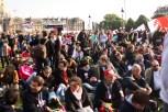 La dispersion est annoncée, certains rejoignent les banderolles des Veilleurs et s'assoient.