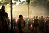 Les fumigènes plongent l'entrée de la rue de l'Université dans la brume.