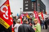 Nous rejoignons le petit groupe, pour apprendre que certains qui étaient là depuis le début se sont fait arracher leurs drapeaux par (apparemment) le service d'ordre d'un des syndicats. Sans douceur.