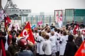 Les manifestants LMPT, en surnombre (une petite cinquantaine contre 100 ou 150), recommencent à provoquer les défenseurs de l'hôpital public, qui les rejoignaient pour fraterniser.