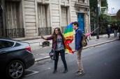 De courageux militants LGBT se prennent en photo à moins de 500 mètres de la manifestation.