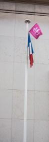Devant la Palais de Tokyo, le drapeau français n'est plus seul.