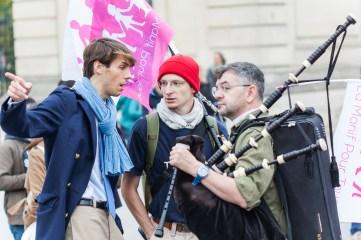 Axel, des Veilleurs, et deux musiciens, devant les Invalides.