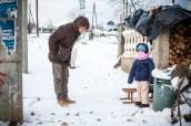Arnaud essaie d'engager la discussion avec une petite fille serbe.