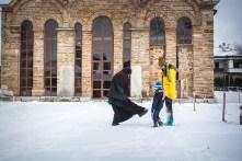 Pendant ce temps, de jeunes habitants de la ville viennent jouer dans les jardins du monastère. Une petite soeur vient jouer avec l'un d'eux.