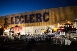 Le Leclerc de Saint-Nicolas de Redon assiégé par les agriculteurs. De nombreuses bennes de déchets sont déversées, devant chaque entrée du supermarché.
