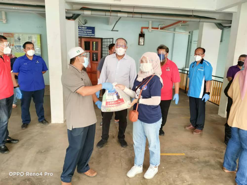 Seramai 700 penduduk PPR Pak Mahat terima sumbangan barangan dapur