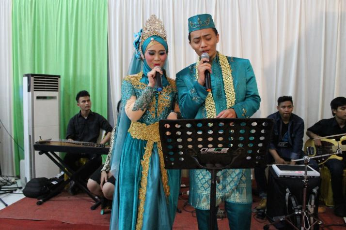 the singing couple