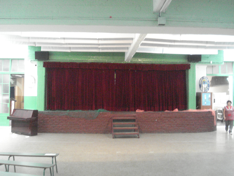 Escenario para actos y artes del colegio.
