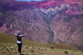 Mujer en cerro de colores