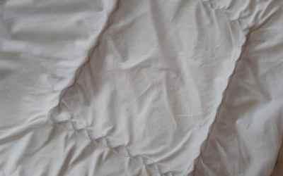 Comment nettoyer une couverture piquée en laine ?