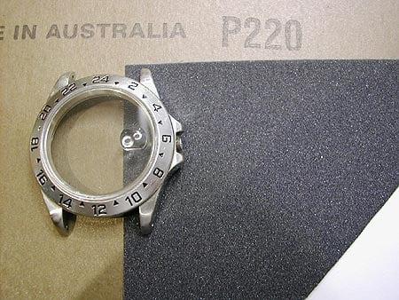 Sử dụng giấy nhám P220 để đánh bóng đồng hồ tại nhà