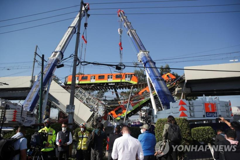 A crane lifting an accident train on the morning of the 4th