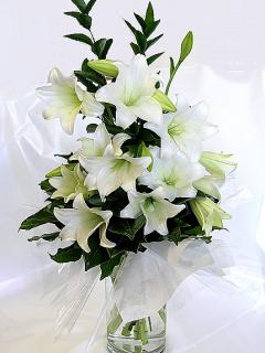 Белые лилии в вазе - картинка на телефон №798310