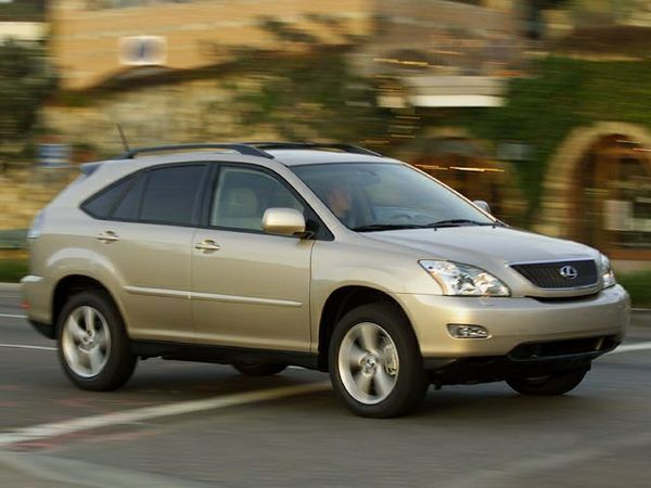 The 2005 Lexus RX330 in motion