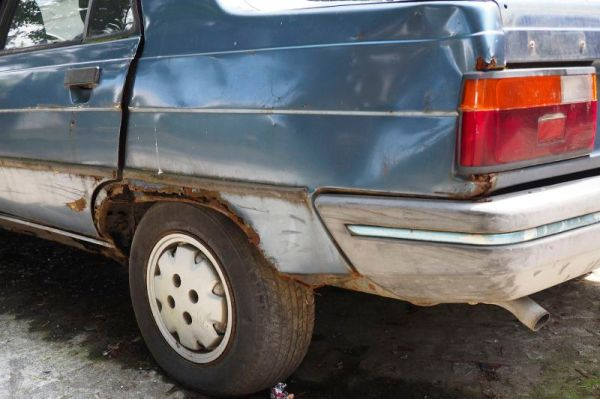 a rusty car