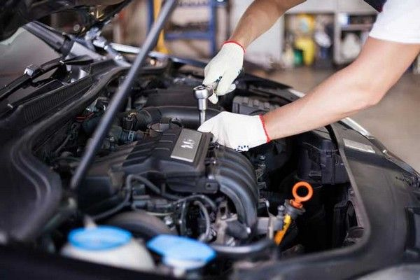 wearing-safety-gloves-in-fixing-car