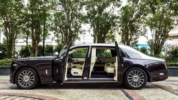 the-side-of-the-Rolls-Royce-phantom-2019