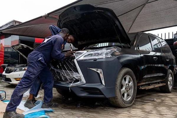 mechanic-facelifting-a-car