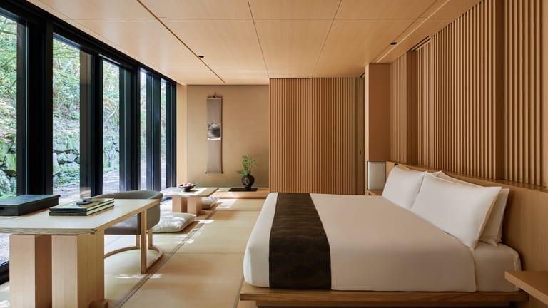 phòng ngủ kiểu Nhật với nhiều cửa kính lấy sáng