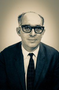 O pastor Enoch de Oliveira (1924-1992) liderou a Divisão Sul-Americana no período de junho de 1975 a abril de 1980. Antes (1959-1970), foi secretário ministerial e evangelista da Divisão, e em seguida (1970-1975), secretário.