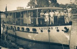 Drª Euclair Oliveira (de lenço na cabeça) e o Dr.Walter Teixeira(batendo continencia), Diretores da L.B.A. do Rio de Janeiro e Pará em visita às obras assistenciais na Amazonia.