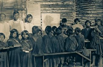 Ana Stahl, à esquerda com alunos indígenas na Escola Paroquial Fundada em 1912 - Platería, Peru