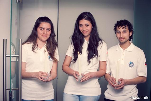 Graciela, Karina y Daniel portando las velas, simbolizando la luz de Jesús. ©Alfredo Müller