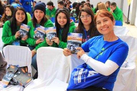 Entrega Libros Misioneros Congreso JA ©Gabriel Gamboa