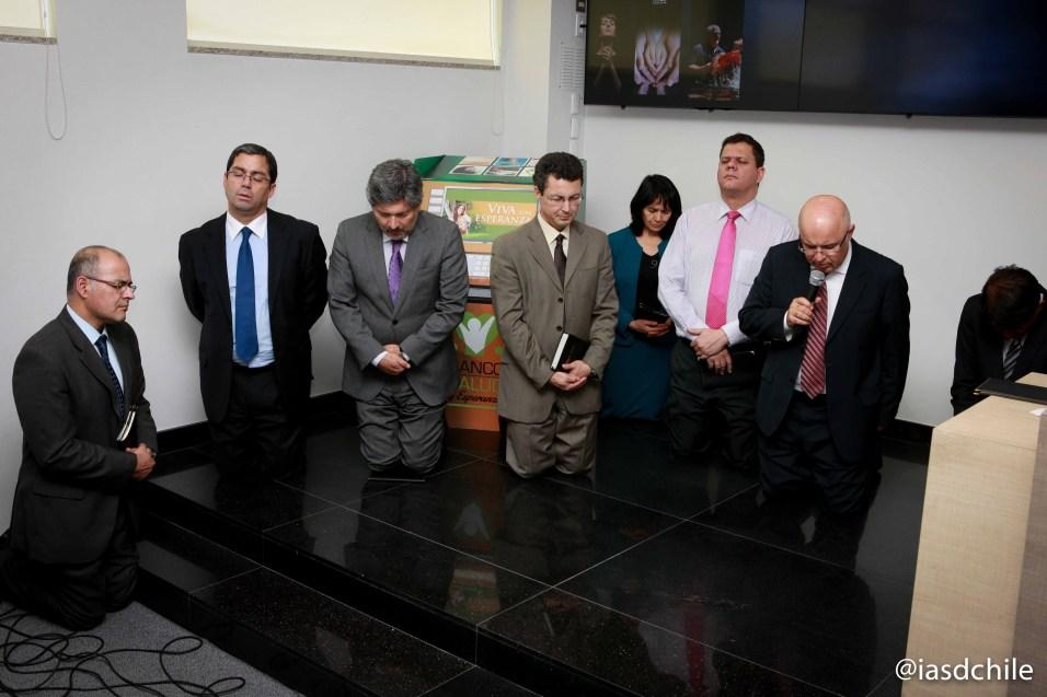 Oración de cierre por parte del Pr. Marroni clamando por la dirección de Dios para el 2015 en Chile y Sudamérica. ©Alfredo Müller