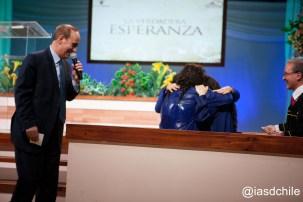 Mónica, Natalia y Romina, en ese abrazo inolvidable en el momento que entregaron sus vidas a Cristo. ©Alfredo Müller